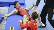 奥运冠军何雯娜蹦床失误摔出