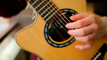 看看牛人是如何弹吉他的,弹成这样实在厉害