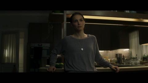 失踪的丈夫突然归来莉娜紧紧的盯着丈夫看