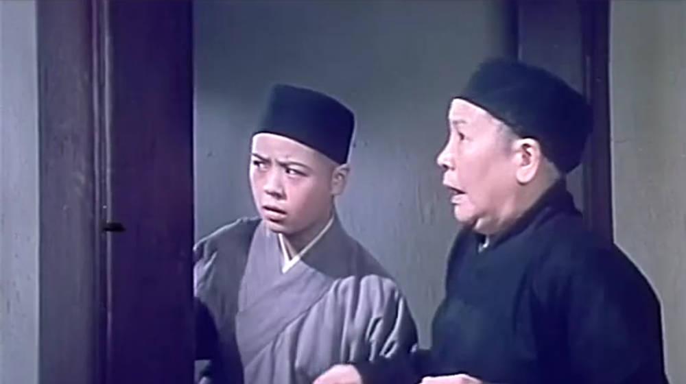 《阿Q正传》精彩片段:两男子大闹尼姑庵,小尼姑这表情绝了!