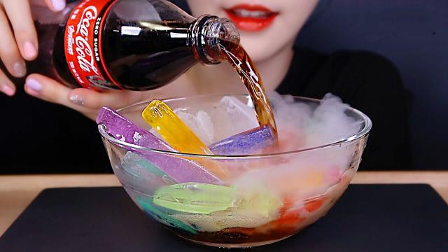 美女吃彩色水晶冰块,爆炸瞬间带来极度舒适,搭配可乐如何?