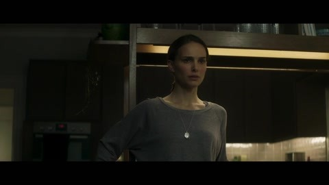 丈夫回来后莉娜一直刨根问底的问他消失时发生的事