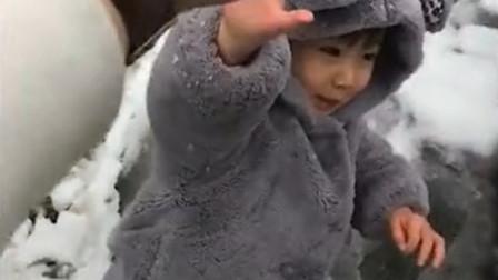爸爸跟小情人打雪仗,轮到爸爸出手的时候,宝宝瞬间懵了!