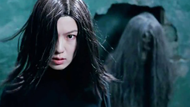 速看香港恐怖片《枕边凶灵》,女子死后被埋墙里,变鬼复仇