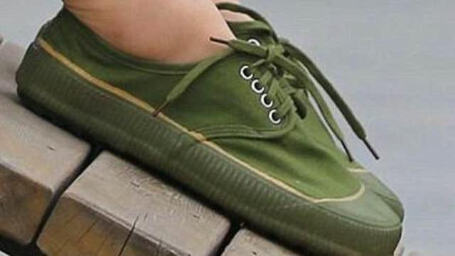 """被我国淘汰掉的""""解放鞋""""竟成欧美时尚新宠,75美元一双都卖断货!"""