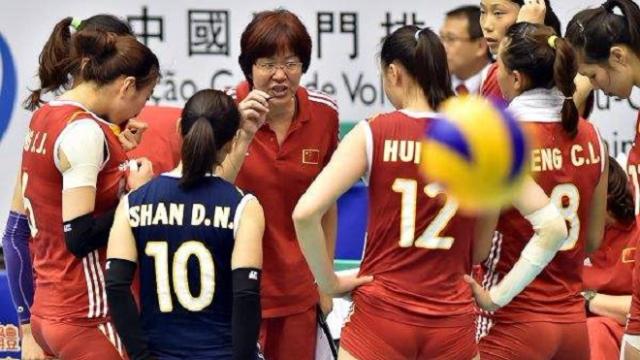 中国女排球队闹笑话!最弱东道主花钱找挨打,排协荒唐至极吗
