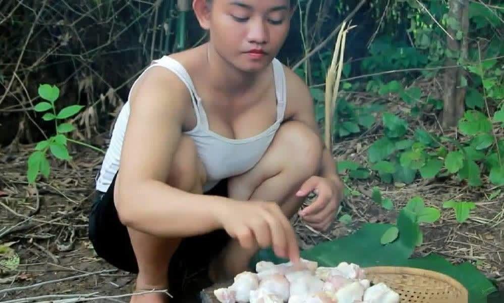 越南农村美女野外做饭,抬起头的一瞬间,男游客看呆了!
