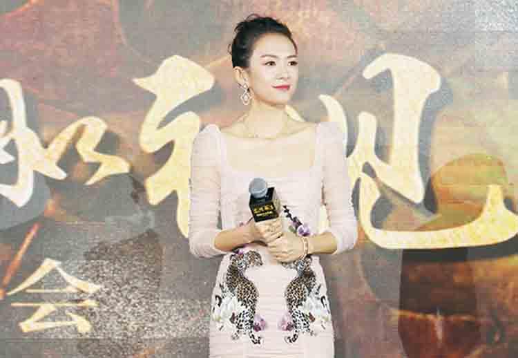 章子怡透视纱裙出席电影《无问西东》发布会 调侃电影名称