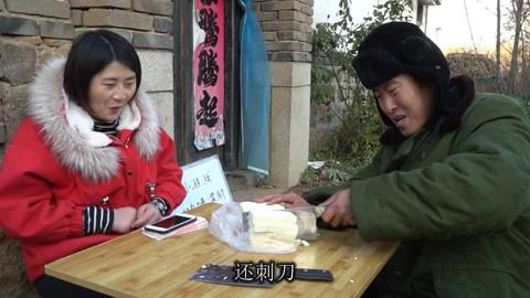 3刀切9块豆腐,成功奖8888元,没想来个小伙,把美女坑惨