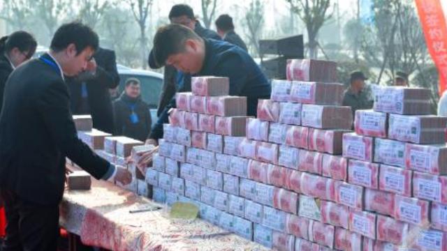 现实版人民的名义:广西破烂民房墙里 竟抠出几百万现金