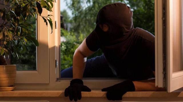 《无名之辈》现实版!男子撞玻璃门偷8部模型机,店家:还没门贵