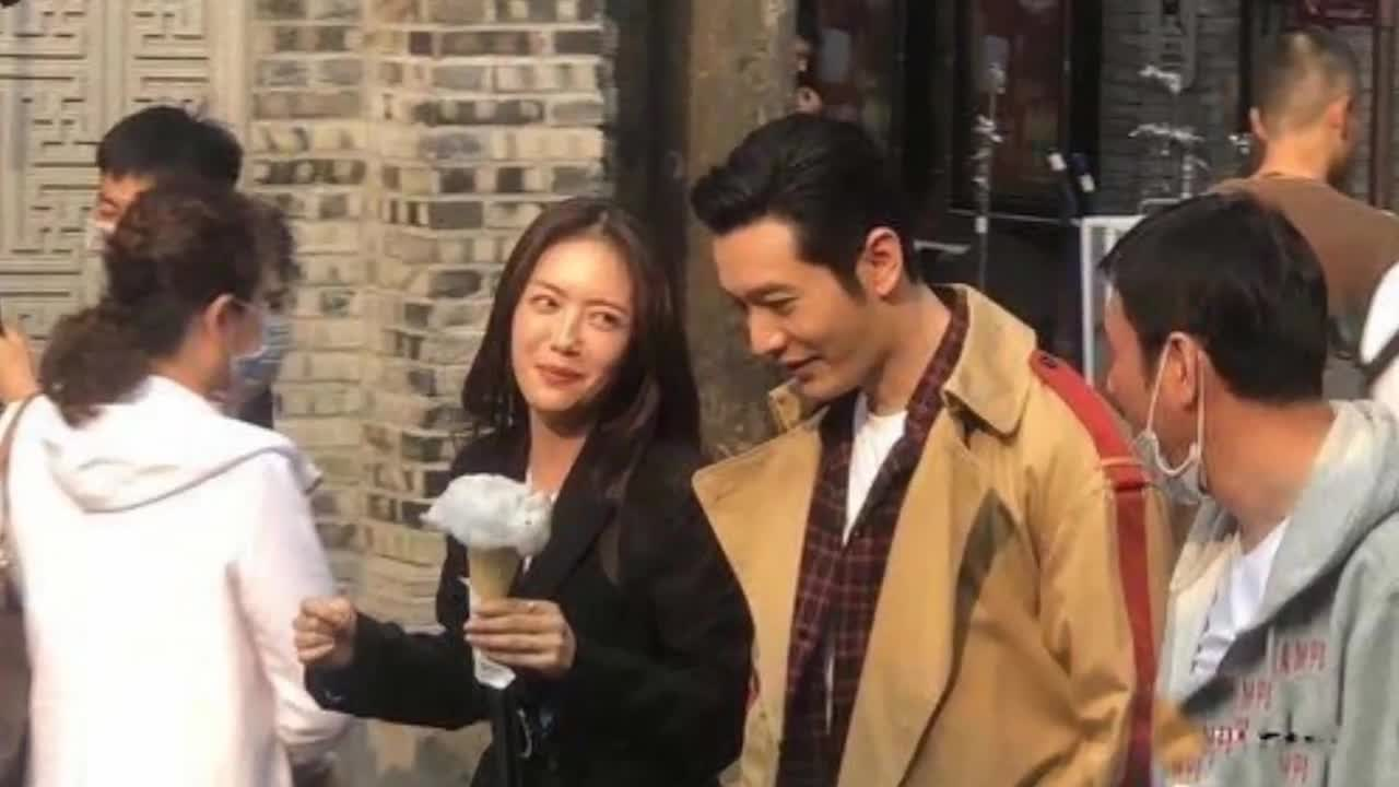 黄晓明蔡文静超市拍戏被偶遇,黄教主脸型圆润指撞脸沙溢