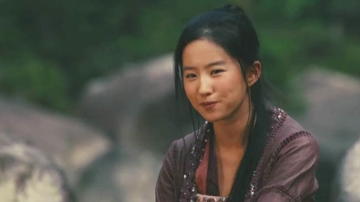 十年前的刘亦菲,依旧仙气十足,这一笑暖人心田