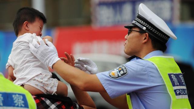 细思极恐!惊险2秒钟,交警一个动作挽救小孩生命