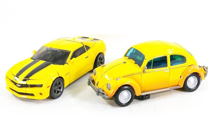 双辆大黄蜂不同造型汽车机器人玩具对比变形