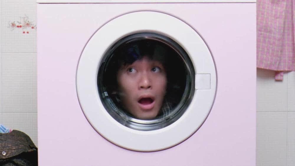 美女联手整惨周星驰,星爷被塞进洗衣机里,表情搞笑咯