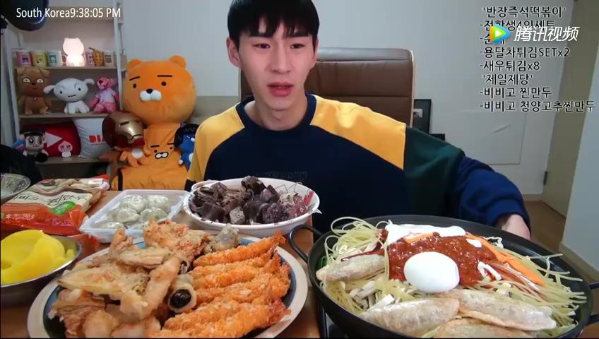 韩国大胃王带钢铁侠面具,大嘴完全被卡住