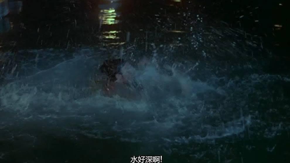 王祖贤故意把白纱丢到水里,张国荣跳下去帮她捞,差点淹死自己