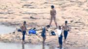 重庆江滩惊现集体裸泳