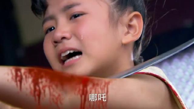 小哪咤太勇敢了,拿起金匕首就割自己的肉,把姜子牙都吓哭