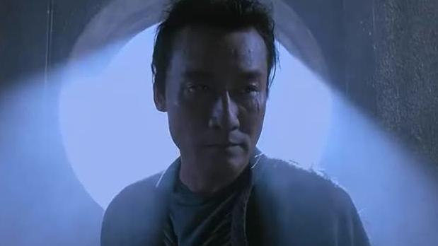 梁家辉打开所有窗户,刘德华最后才知他的意图,想用阳光烧死自己