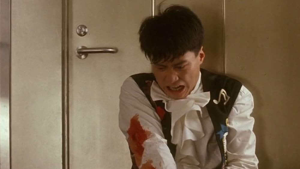 黎明救人不料正面遇上劫匪,飞牌用完了,自己也受伤了
